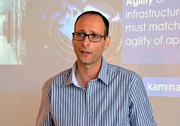אמיר לידור, מנהל מוצר בקמינריו, מציג את הפיתוחים הטכנולוגיים החדשיםשל החברה. צילום: אורן בסון
