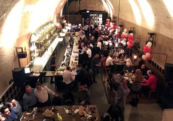 מבט מלמעלה על מוזיאון הוויסקי במתחם שרונה בתל אביב, שבו נערך המפגש. צילום: פלי הנמר