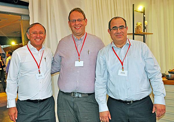 """מימין: נתן פרידחי, סמנכ""""ל קבוצת מערכות בטלדור; נתי אברהמי, מנכ""""ל החברה; ובועז יהודה, מנהל פעילות טלדור תקשורת. צילום: סימה שטרית"""