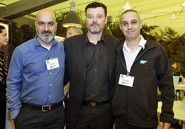 מימין: שמואל סיטון מסאפ; דורון אופק, מנהל SUSE ישראל; ואייל עולש מלנובו. צילום: ניב קנטור