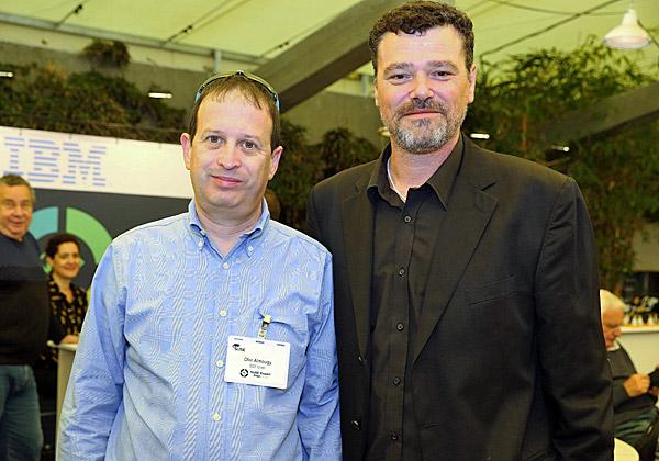 מימין: דורון אופק, מנהל SUSE ישראל, ועופר אלמוגי מיבמ. צילום: ניב קנטור