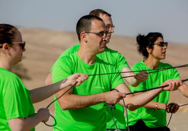 """משוך בחבל. ערן בראון, סמנכ""""ל טכנולוגיות באזור EMEA ב-Infinidat, מוביל את הצוות להקמת המאהל. צילום: ויקטור לוי"""