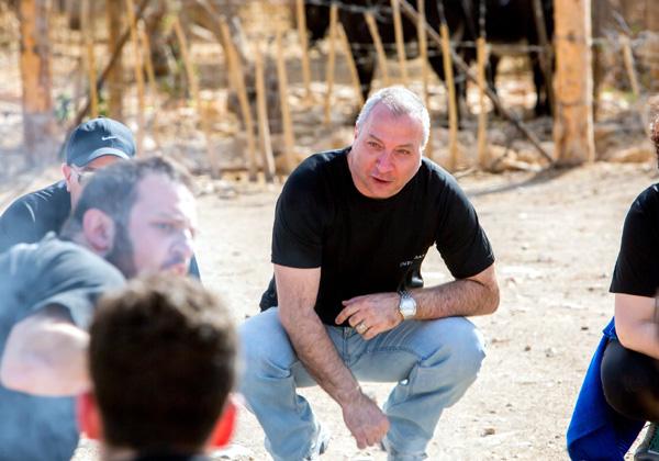 צוות חשיבה: חנן אלטיף, מנהל שותפים לאזור EMEA ב-Infinidat, מכנס ישיבת אסטרטגיה באחת המשימות המאתגרות במדבר. צילום: ויקטור לוי