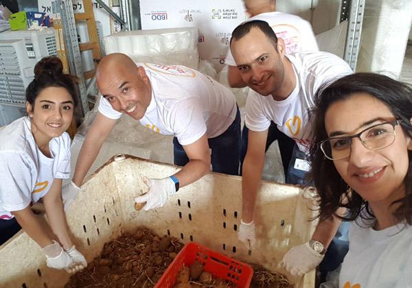 """עובדי מלם תים בלקט ישראל - יום המעשים הטובים. צילום: יח""""צ"""