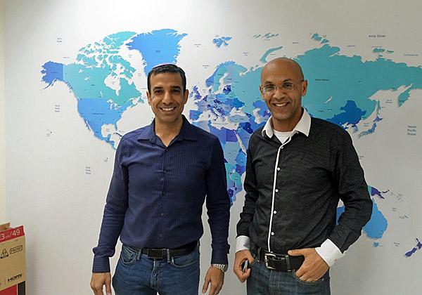 """מימין: גיל עדני, מנכ""""ל HackerU, ואיתי בר נחום, המשנה למנכ""""ל, מציגים את פריסת החברה בעולם. צילום: פלי הנמר"""