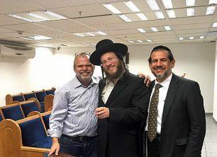 מה עשה מנהל הרשות הביומטרית בבית הכנסת של ישראכרט?