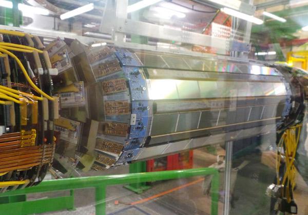 מקטע מתוך מנהרת מאיץ ההדרונים הגדול LHC באיזור הגבול שבין שווייץ לצרפת. צילום: אבי בליזובסקי