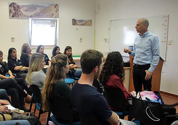 """שי שרגל, מנכ""""ל RBS Projects, מרצה בפני הסטודנטים. צילום: פורום 20-80 של הסטודנטים לתעשייה וניהול באוניברסיטת בן גוריון"""