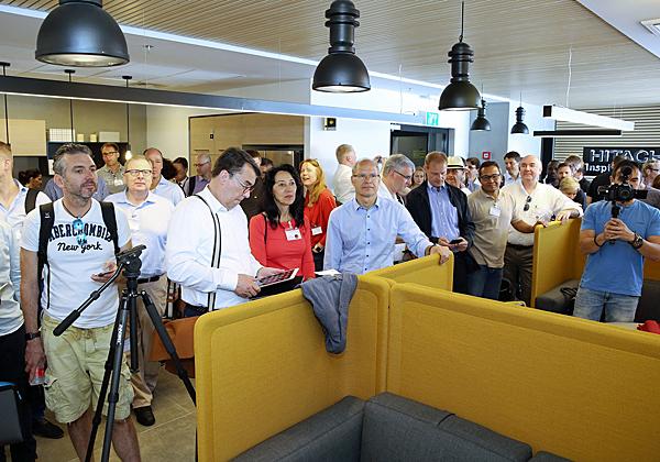 חברי המשלחת מתרשמים מהמשרדים החדשים של היטאצ'י ונטרה בהרצליה. צילום: ניב קנטור