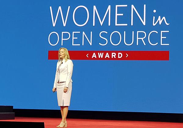 דיאנה אלכסנדר סגנית נשיא לגיוון תעסוקתי, מעניקה על הבמה פרסי עידוד לקידום נשים בעולם הקוד הפתוח. חשוב. צילום: פלי הנמר