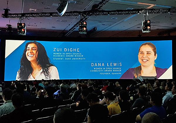 שתי הזוכות המאושרות באות אשת השנה בקוד הפתוח - סטודנטית ומפתחת: זואי דיגה, סטודנטית מאוניברסיטת דיוק, ודנה לואיס, מייסדת תנועת OpenAps. צילום: פלי הנמר