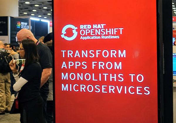 במרכז הכנס: המעבר מפיתוח היישומים המונוליטיים לפיתוח של מיקרו-שירותים מתוזמרים בענן עם Openshift של רד-האט. צילום: פלי הנמר