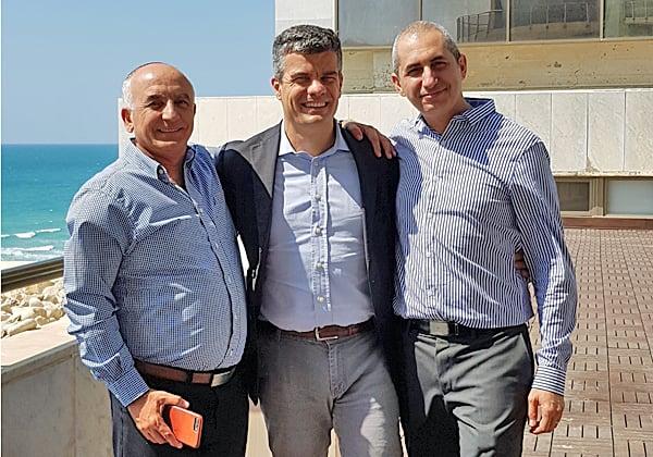 """מימין: ראם מורד, מנהל שותפים ב-FireEye ישראל; לוקה ברנדי, מנהל הפצה איזורי ב-FireEye; ומאיר עמור, מנכ""""ל FireEye ישראל. צילום: יח""""צ"""