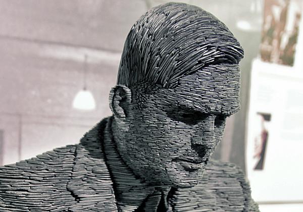 פסל של אלן טיורינג בבלצ'לי פארק, בריטניה, המקום שבו הוא פיצח את האניגמה של הנאצים. צילום: אנטואן טבניו, מתוך ויקיפדיה