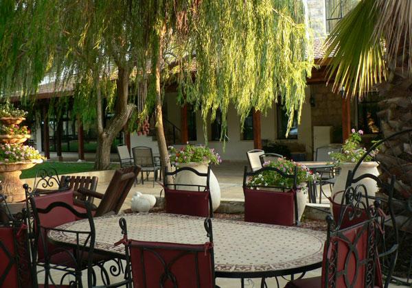 """חצר המלון והמסעדה. צילום: יח""""צ"""
