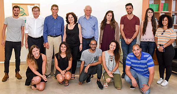 בתמונה: זהר זיסאפל (חמישי מימין), דניאלה אילן, פרופ' גדעון דרור, פרופ׳ שלמה בידרמן וחלק מהסטודנטים מקבלי המלגות צילום: כפיר סיון