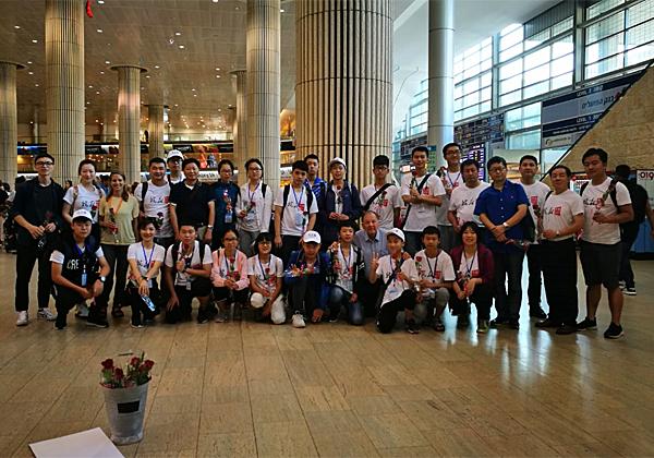התלמידים הסינים ומלוויהם בנמל התעופה בן גוריון, בדרך לקייטנה. צילום: יח