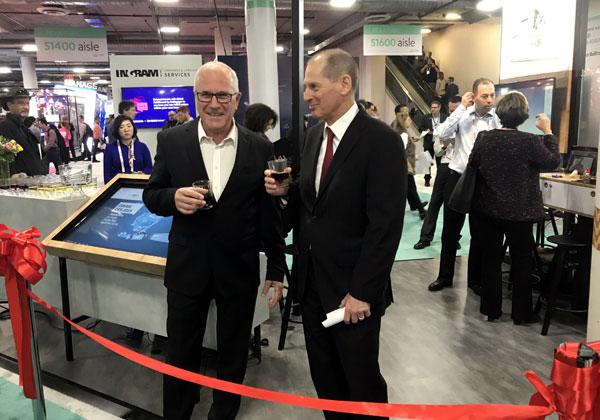 """מימין גארי שפירו, מנכ""""ל איגוד הטכנולוגיה הצרכנית, המארגן את תערוכת CES, וגדי אריאלי, מנהל הביתן הישראלי בתערוכה, בפתיחת הביתן. צילום: אבי בליזובסקי"""