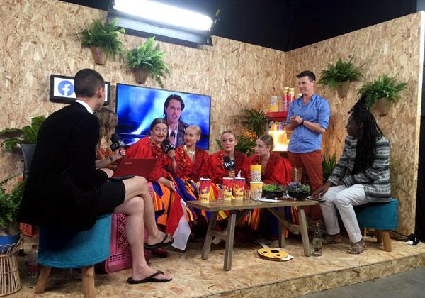אנשי וויוויבלוגס - אחד מ-ולוגי האירוויזיון הפופולריים ביותר - מראיינים את נציגות פולין, שלא הצליחו לעלות לגמר. צילום: כאן דיגיטל