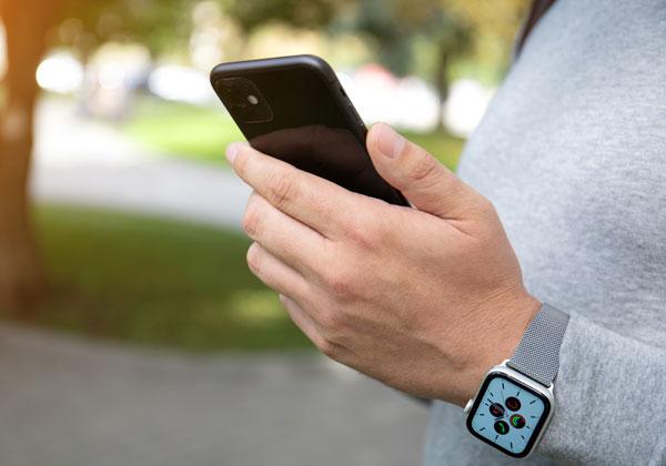Apple Watch 5. הסמארטפון הוא, למקרה שתהיתם, iPhone 11. צילום: BigStock